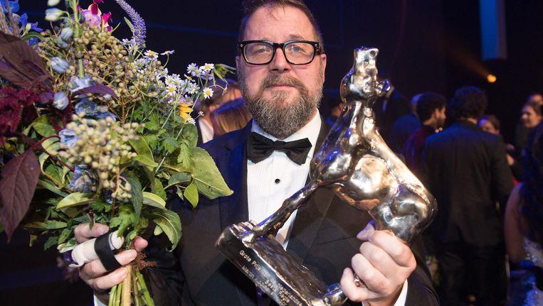 Martin Koolhoven met het Gouden Kalf dat hij vorig jaar won voor het regisseren van Brimstone. Beeld anp