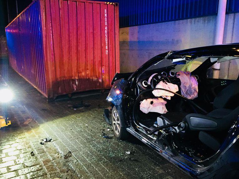De auto moest opengeknipt worden om de bestuurder te bevrijden.