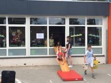Leerlingen De Palster in Uden nemen al glijdend afscheid van oude schoolgebouw