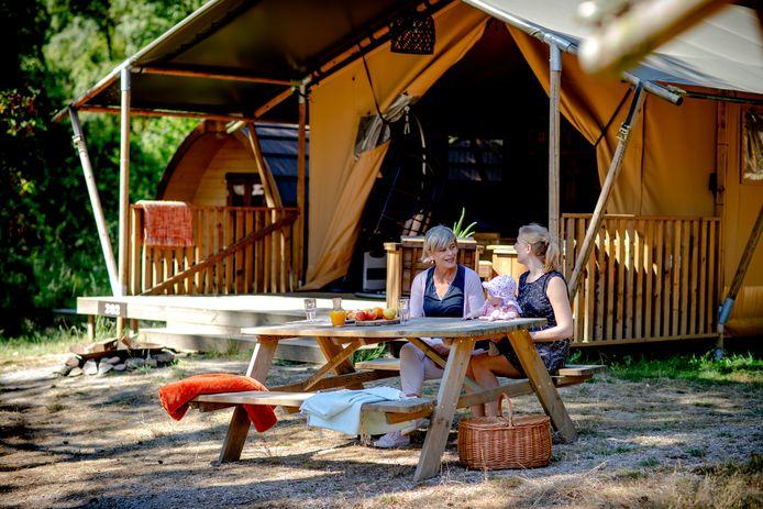 Glamping op een recreatieve buitenplaats. Steeds meer mensen kiezen ervoor om in luxe te gaan kamperen.