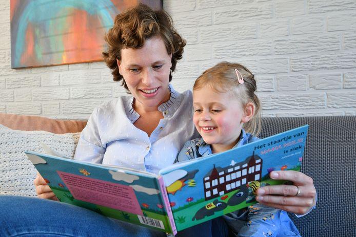 Janne de Jong maakte het prentenboek 'Het staartje van de mama van de kleine Nijlie is ziek'.