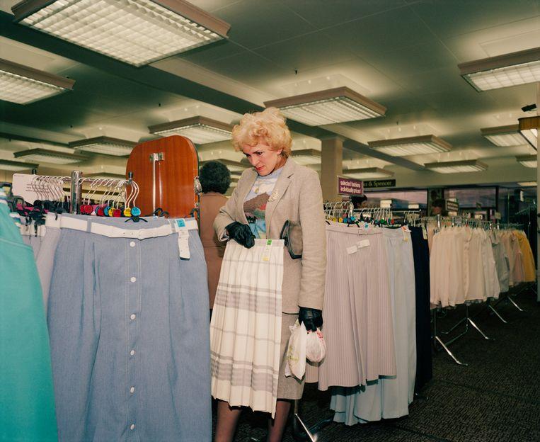 Op rokkenjacht in een warenhuis.  Beeld ©Martin Parr / Magnum Photos