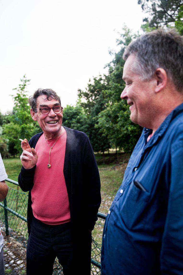 Weduwnaar Charles Hofman (l) en Komrij-biograaf Arie Pos bij Vila Pouca da Beira. Beeld Aurélie Geurts