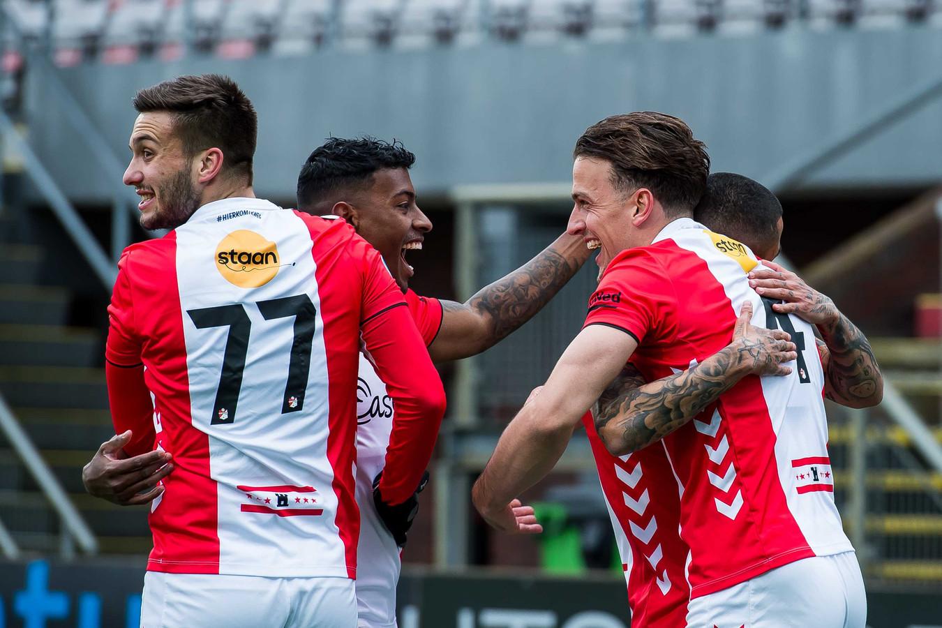 FC Emmen viert een treffer.