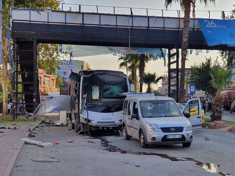 Een bus die een speciale eenheid vervoerde, werd grotendeels vernield.