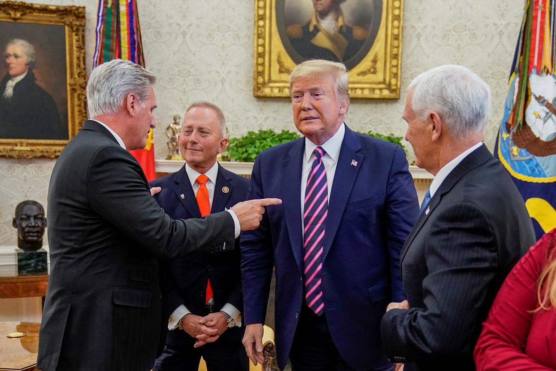 President Donald Trump maakte donderdag kennis Jeff Van Drew, een Afgevaardigde uit New Jersey, die vanwege de impeachtment van Trump heeft besloten over te stappen van de Democraten naar de Republikeinen. Beeld Reuters