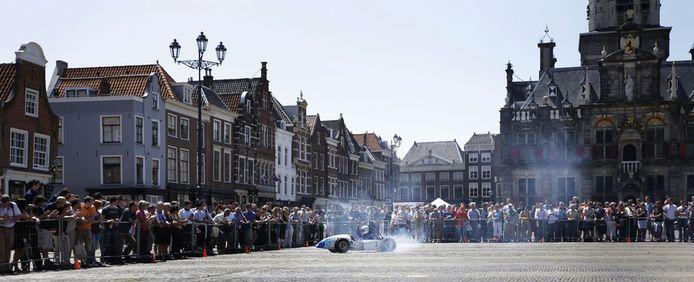 Studenten van de Technische Universiteit Delft presenteren op de Markt in Delft een door hen ontworpen duurzame race-auto, de DUT08. (archieffoto)