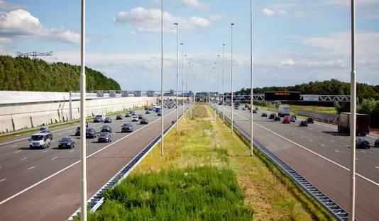 Op de tienbaans snelweg A2 mag 's avonds en 's nachts 130 kilometer per uur worden gereden. Verkeersminister Van Nieuwenhuizen wil dat ook overdag toestaan, maar de provincie is tegen dat voornemen.