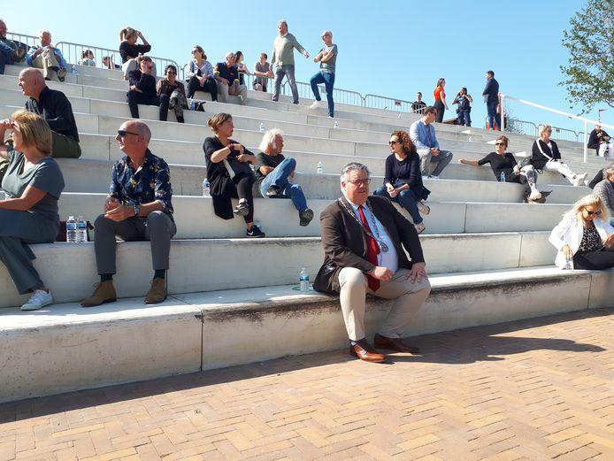 Burgemeester Bruls zaterdagmiddag bij de opening van een nieuw 'amphi'-theater op de Waalkade in Nijmegen.