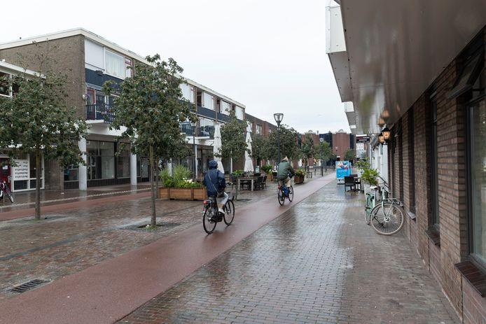 De stationsstraat in Zutphen. De noordelijke toegang van het centrum wordt gekenmerkt door leegstand, scheurende scooters en hangjongeren.