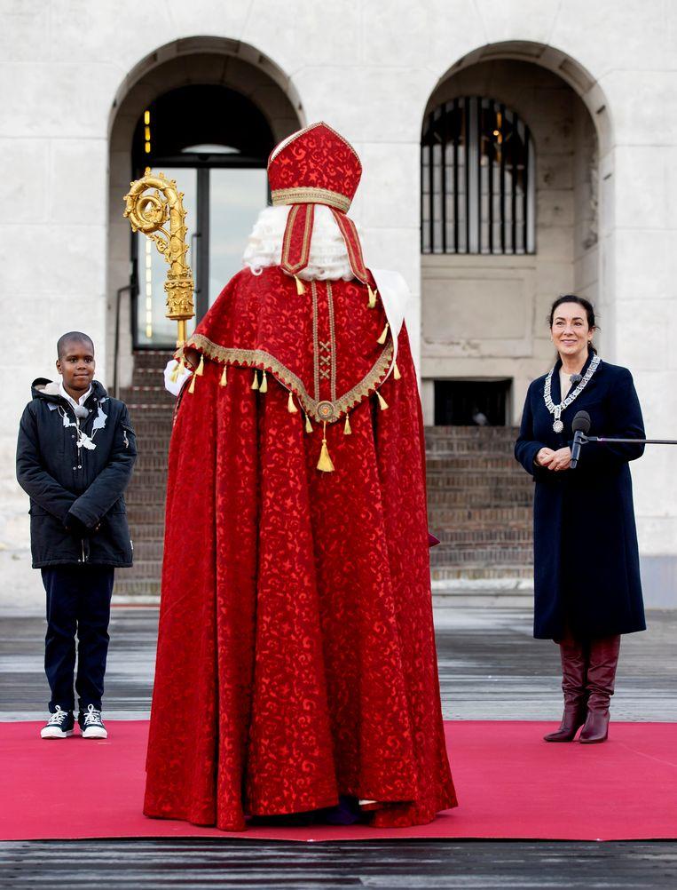 Burgemeester Femke Halsema en kinderburgemeester Dominic ontvingen Sinterklaas en de Pieten vorig jaar. Beeld Hollandse Hoogte /  ANP