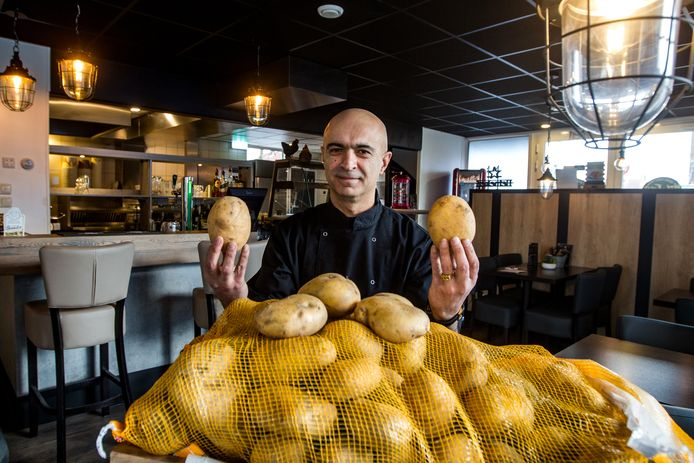 Sedat Tan voor de opening van zijn nieuwe zaak in verse friet en kip aan de Pieter de Hooghstraat in Deventer. Enkele weken na de opening is de zaak (tijdelijk) gesloten door de gemeente: er was nog geen vergunning.