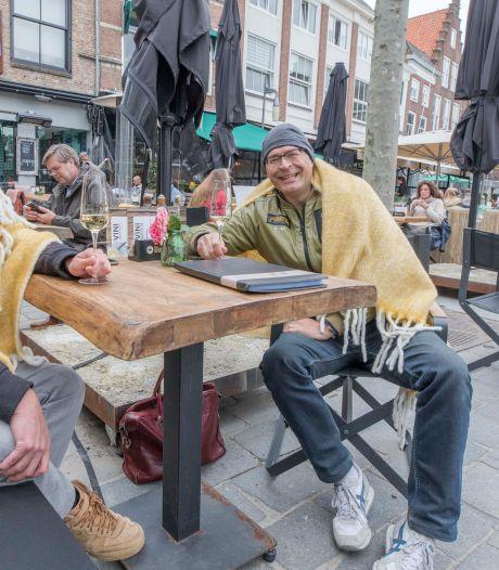 Terrassen in Goes snel vol: 'Lekker dat iemand ánders weer eens een biertje voor me openmaakt!'