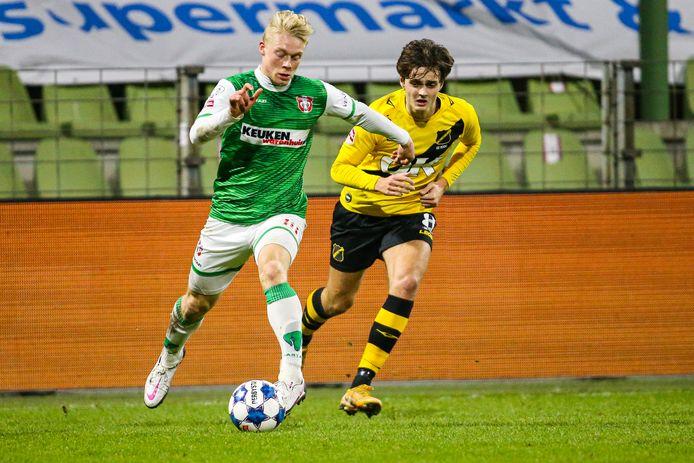 Thomas Poll (links) zet aan namens FC Dordrecht tijdens de thuiswedstrijd tegen NAC Breda.
