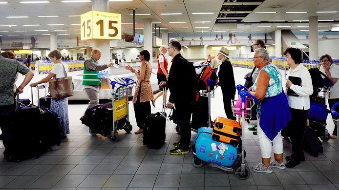 Veel mensen stellen hun vakantie nog even uit en zijn bang dat hun voucher na een jaar niet meer geldig is.