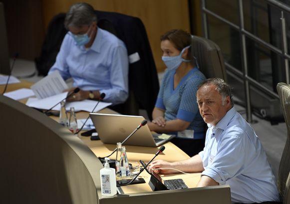 VLNR: Herman Goossens, Erika Vlieghe en Marc Van Ranst. Ze namen telkens hun mondmasker af als ze aan het woord kwamen.