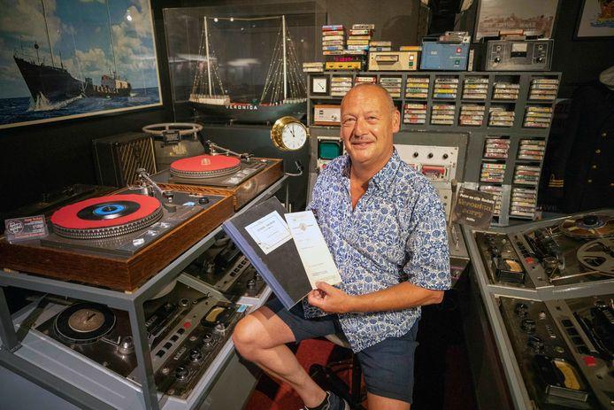 Jaap Schut met zijn nieuwe aanwinsten in de al langer bij RockArt aanwezige oude radiostudio die gebruikt werd op schip Norderney.