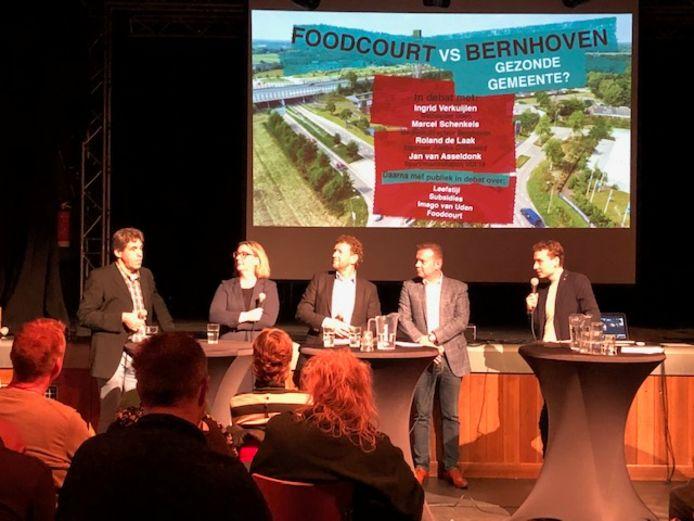Debat over het Foodcourt in Uden. Vlnr Van Asseldonk, wethouder Ingrid Verkuijlen, Medisch directeur Marcel Schenkels van Bernhoven en Jumbo-ondernemer Roland de Laak.