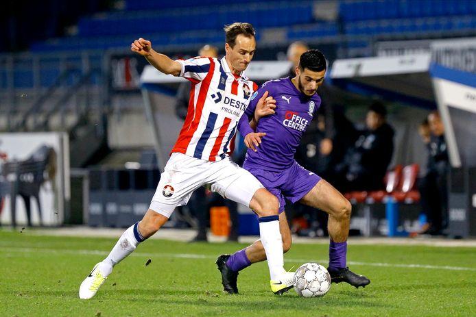 Freek Heerkens (links) duelleert met oud-Willem II'er Mo El Hankouri van FC Groningen.