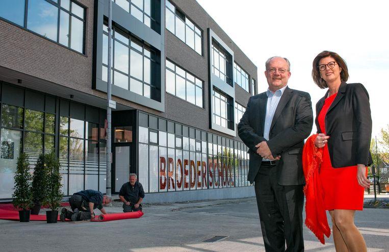 Directeur eerste graad Lode Corveleyn en algemeen directeur Katty Moeykens van de Broederscholen aan het nieuwe schoolgebouw.