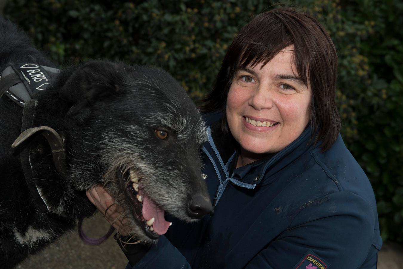 Vrijwilliger Ria Linkenhof met hond Boris.