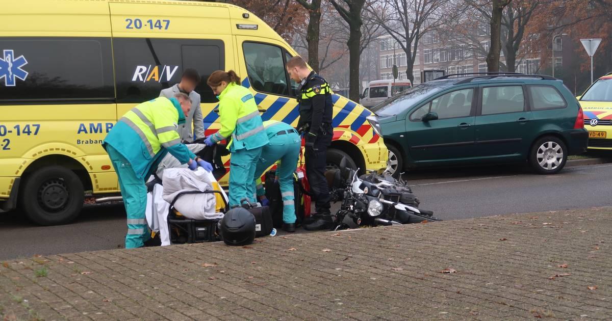 Motorrijder gewond bij botsing met auto in Tilburg.