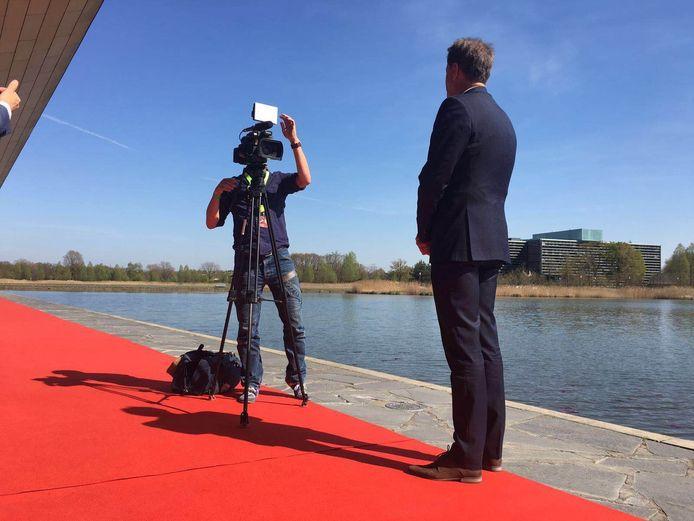 De Eindhovense burgemeester Rob van Gijzel staat in afwachting van Merkel de pers te woord