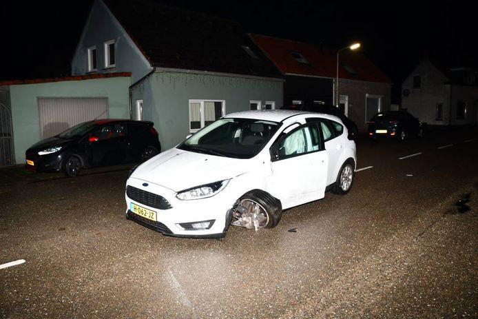 Het ongeluk gebeurde op de Hulsterweg. Twee auto's kwamen met elkaar in botsing.