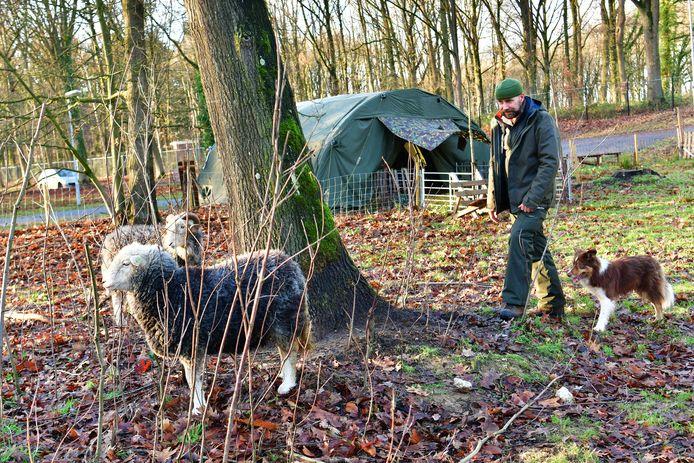 Ex-militair en ptss'er Andries Kaptijn heeft rust in zijn leven gevonden als schaapsherder op de Oirschotse hei.