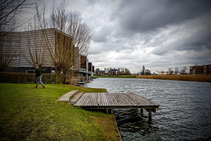 Deze vlonder aan de Marinus van Elswijkkade in de Waterwijk in Rotterdam-Nesselande wordt nog voor de zomer verwijderd, net als de andere vlonders in de buurt. Bewoners zijn opgelucht, maar vragen zich af of de overlast daarmee is verdwenen.