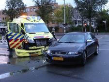 Ambulance klapt op auto op Groen van Prinstererlaan