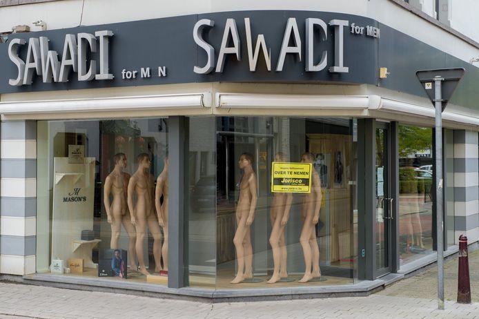 Op de vensters van de winkels hangt de boodschap dat ze gesloten zijn en een bericht van Jorisco, die de overname regelt.