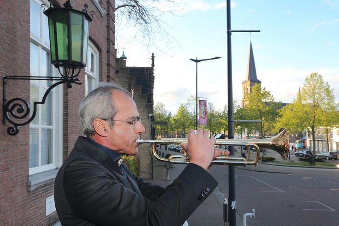 20210504 - Etten-Leur - Trompettist Ton Jongeneelen van harmonie Constantia (58) speelt signaal taptoe voorafgaand aan de twee minuten stilte bij gelegenheid van de Nationale Dodenherdenking. FOTO: PIX4PROFS/ RAMON MANGOLD