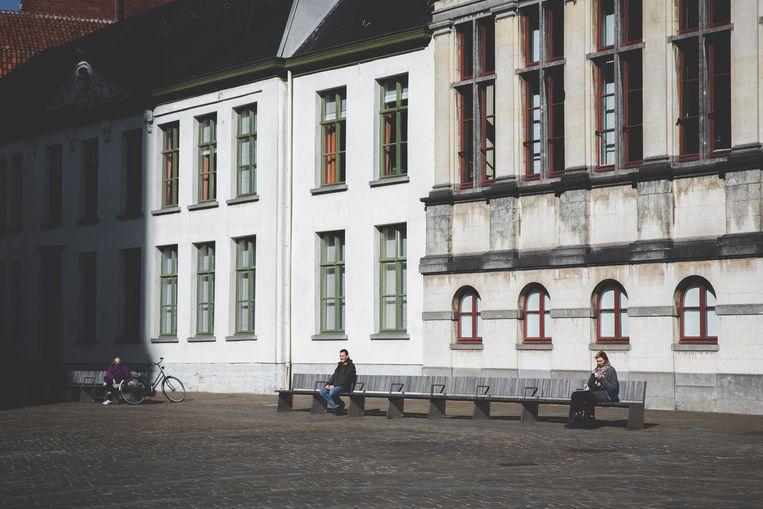 Social distancing aan de Stadshal in Gent.