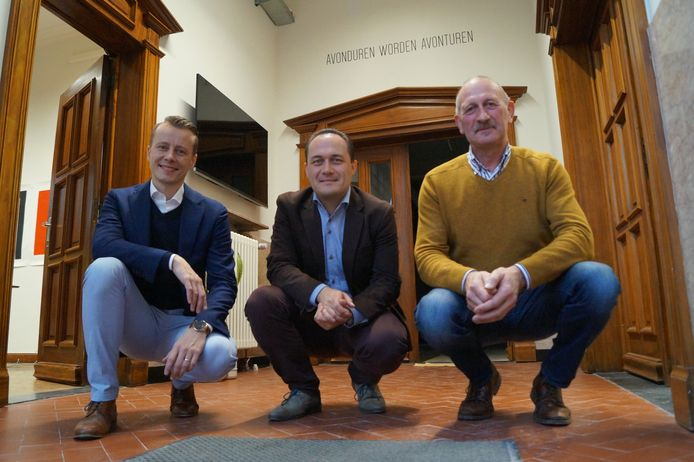 Directeur Jonas Callens met schepenen Vincent Byttebier en Joris Vande Vyvere in de nieuwe inkomhal van de kunstacademie