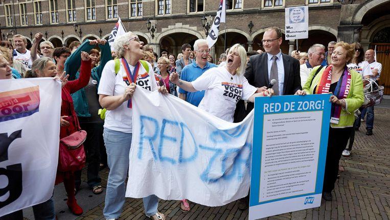 FNV-voorzitter Ton Heerts en Corrie van Brenk, voorzitter van Abvakabo FNV, protesteerden gisteren samen met werknemers uit de zorg tegen het besluit de zorgtaken over te hevelen naar gemeenten Beeld ANP