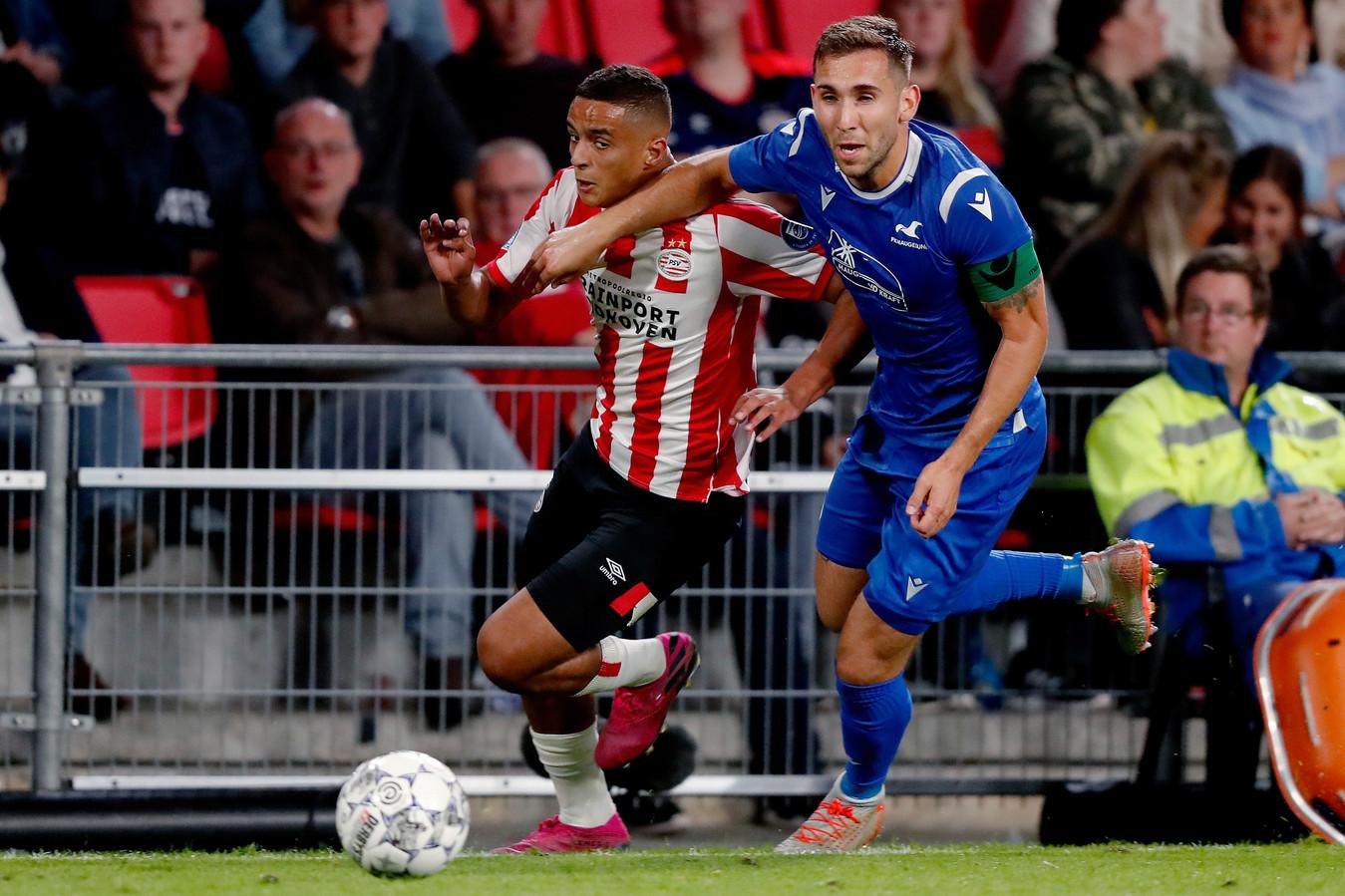 De jonge Mohammed Ihattaren in duel met Benjamin Tiedemann Hansen van FK Haugesund.