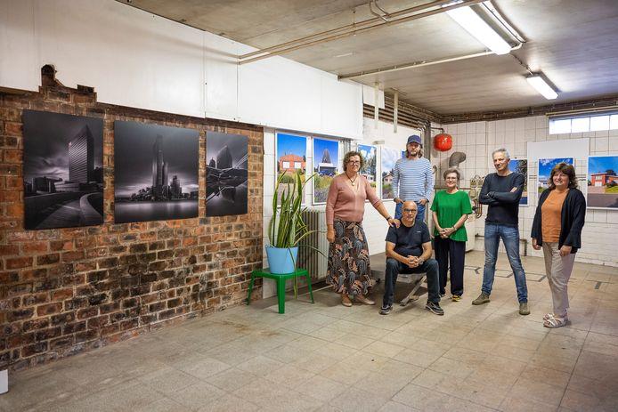 Vijf Nijlense fotografen exposeren in voormalige bakkerij 't Klokse. V.l.n.r.: Hilde Van Hool, Eric Roevens, Yves Cabuy, Tilly Verrelst, Peter Schroyens en Christel Wuyts (één van de kinderen van wijlen bakker Jos Wuyts).