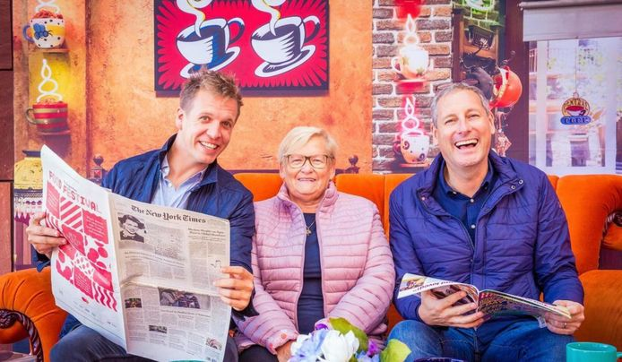 Moederkloek Annie tussen James en Gert. Gert plukte haar weg van achter haar cafétoog in Oostduinkerke.