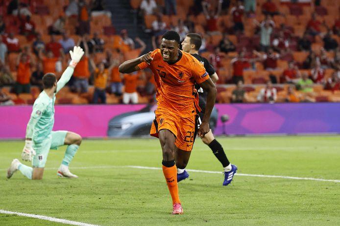 Denzel Dumfries viert zijn treffer in het duel met Oostenrijk. De verdediger werd opnieuw verkozen tot beste speler van de wedstrijd.
