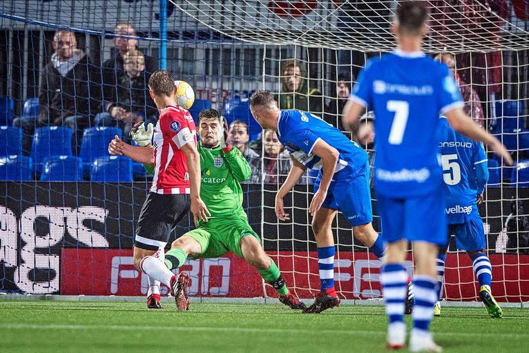 Luuk de Jong tikt in blessuretijd de 1-2 binnen. Beeld Guus Dubbelman / de Volkskrant