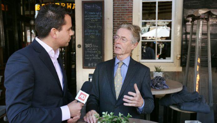 Verslaggever Niels Klaassen in gesprek met oud-minister Joris Voorhoeve.