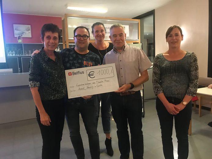 Drie leden van de Koninklijke KWB Toneelvereniging De Linde uit Lembeek overhandigden een mooie cheque aan de Zorgcirkels Jongdementie Halle-Vilvoorde
