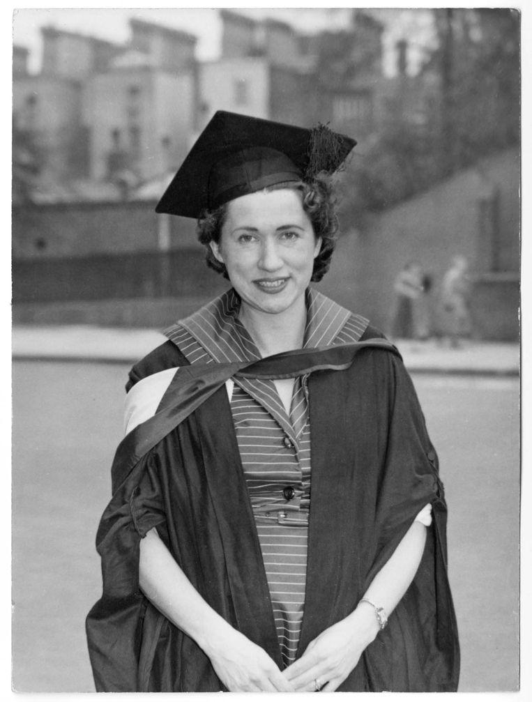 Bij haar afstuderen in Londen in 1957.   Beeld Privéarchief
