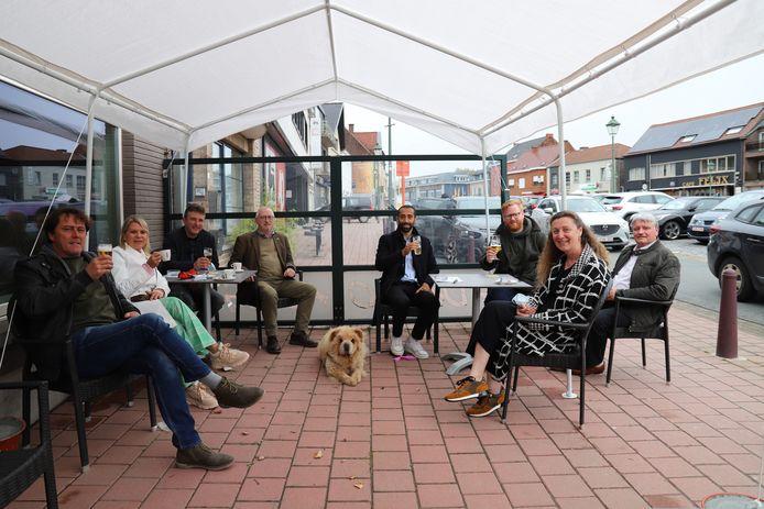 Sammy Mahdi met enkele lokale politici op het Marktplein.