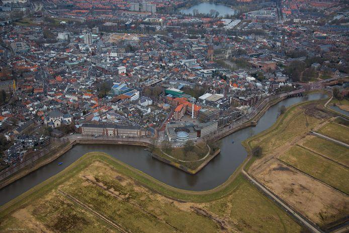 Het Zuidwalgebied in Den Bosch met centraal het voormalige pand van Rijkswaterstaat en links het voormalige Paleis van Justitie. De gemeente wil er een nieuw stukje binnenstad van maken.