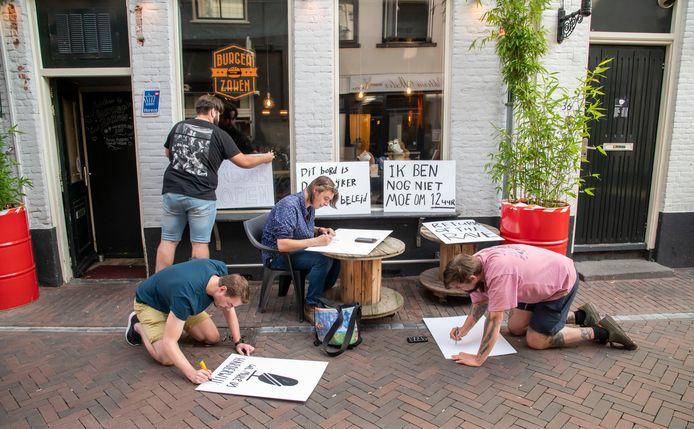De voorbereidingen voor het Harderwijkse coronaprotest, dat gepland staat voor komende zaterdag, zijn al in volle gang. Helemaal rechts Jort Brink.