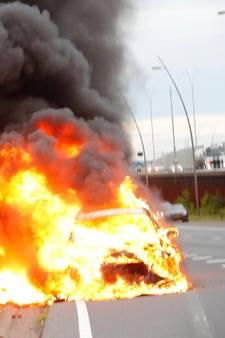Auto uitgebrand op N2 bij Eindhoven