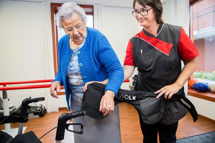 Demonstratie van een heupairbag voor ouderen in zorgcentrum Hof van Nassau in Steenbergen. Bewoners van deze zorginstelling testten een jaar lang de 'valkussens' en liepen geen heupfracturen op.