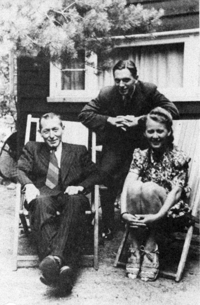 Verzetsmensen Joop en Lies Piller, zittend in strandstoelen, met de Britse geheim agent Dick Kragt. Circa 1944. Beeld Foto uit collectie van auteur Jonathan Lopez.